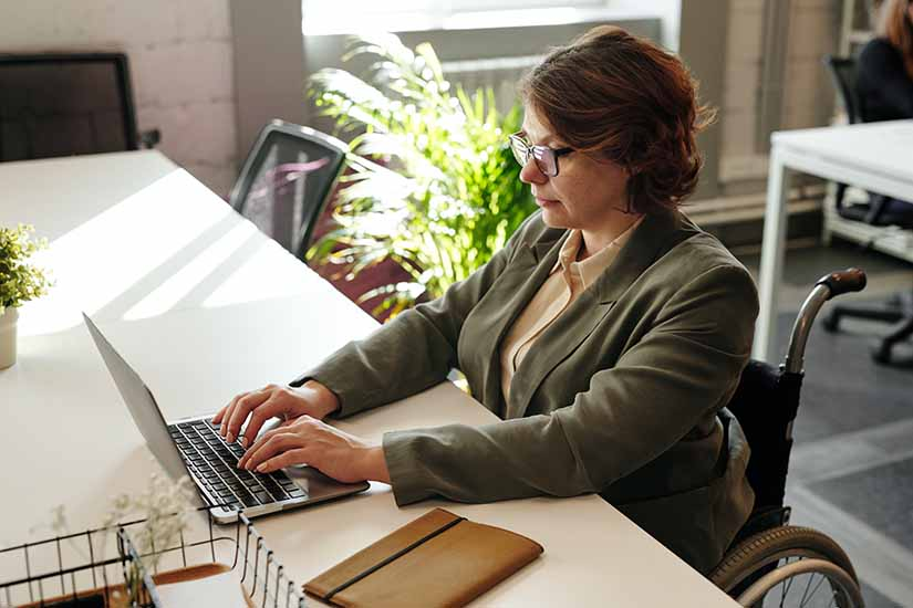 La dirección del trabajo es la entidad que se encarga de amparar las relaciones entre empleador y trabajador en Chile